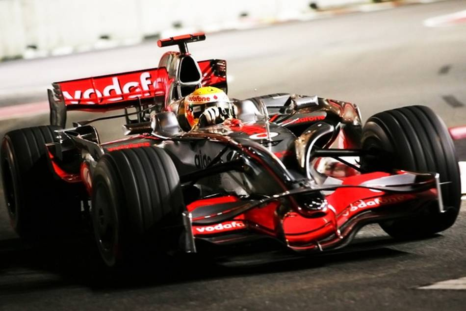Lewis Hamilton wins the Singtel Singapore Grand Prix 2009