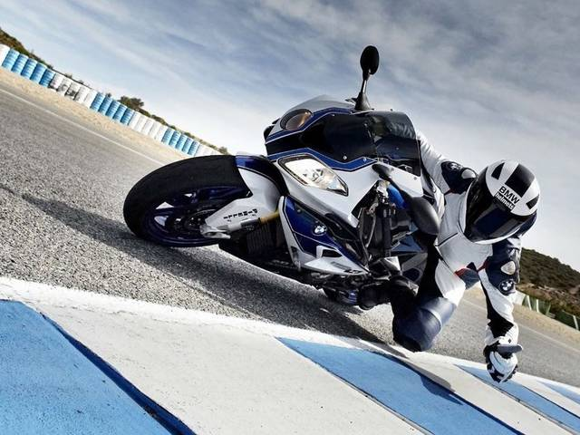 With the BMW HP4, BMW Motorrad presents the lightest 4-cylinder supersports bike in the 1000cc class to date