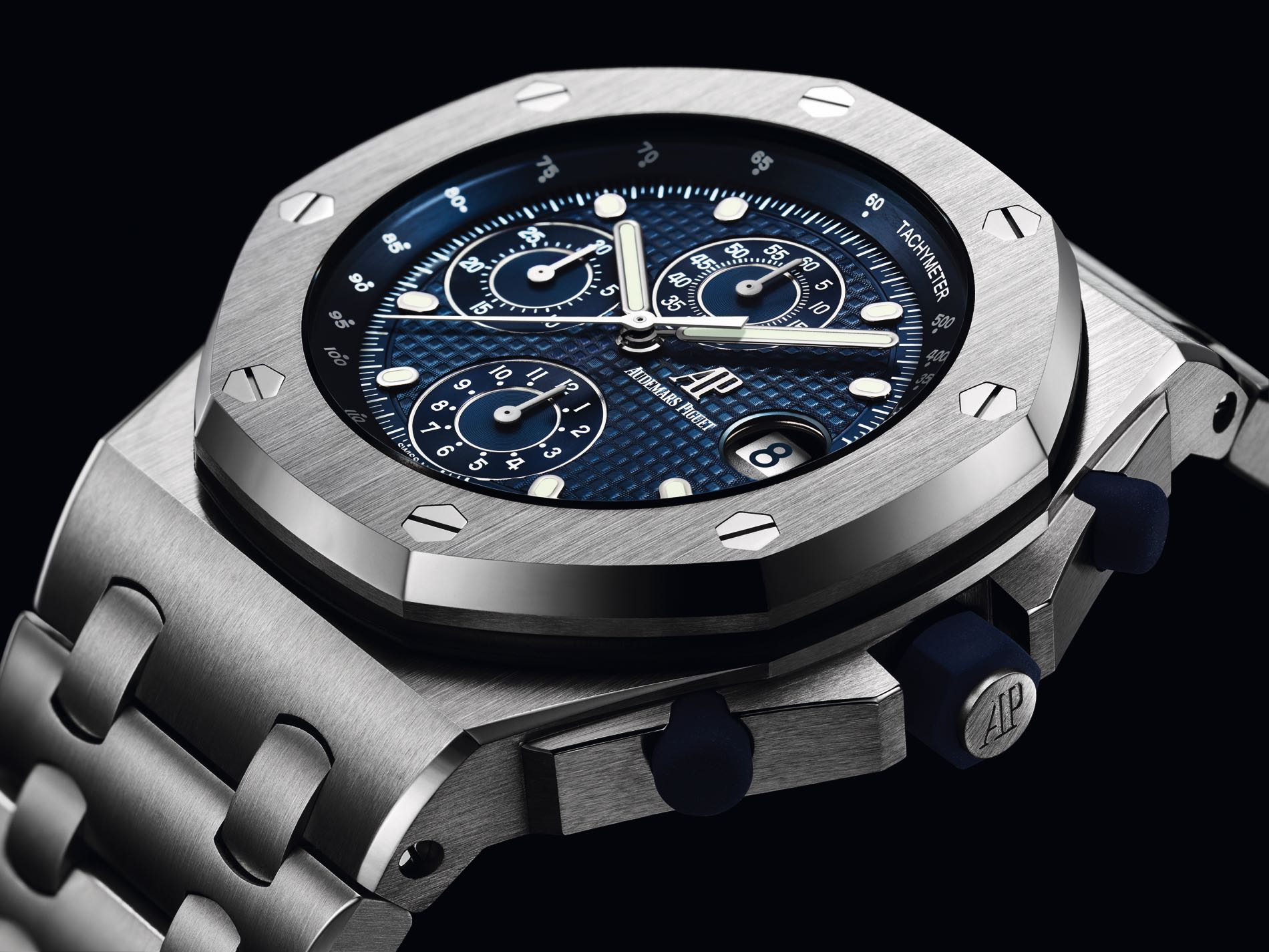 ea12f470fe61 On LeBron s wrist in this video is the 2018 re-edition of the original  Royal Oak Offshore timepiece