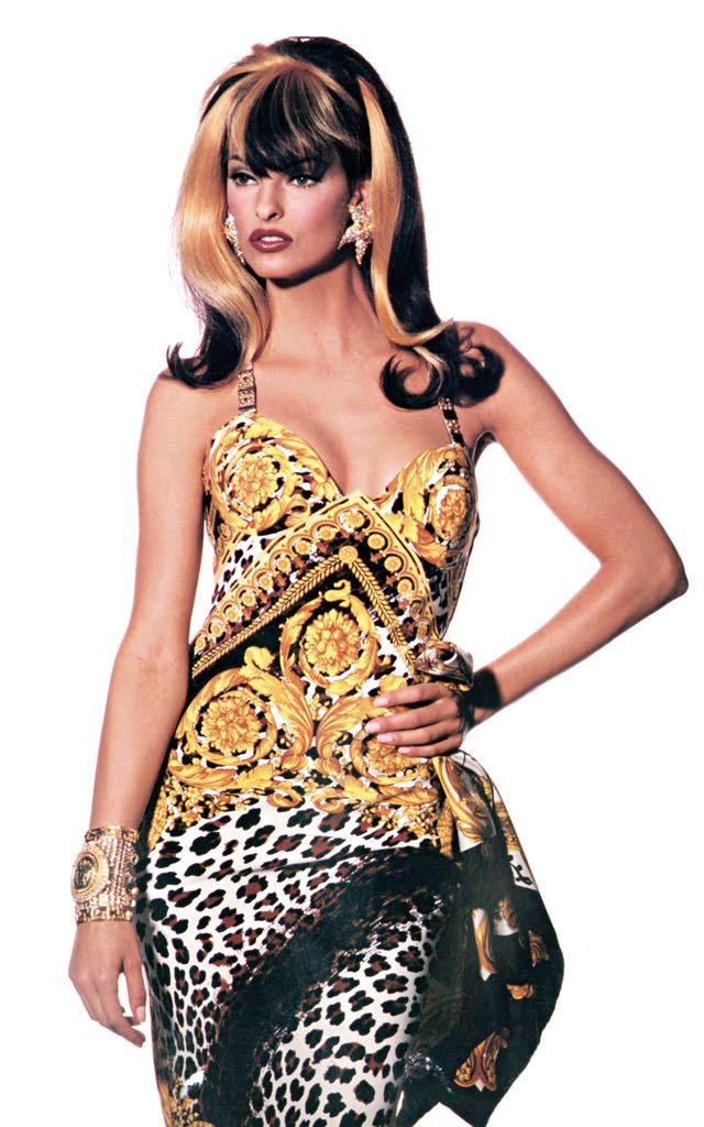 Versace tribute t shirt collection celebrate iconic for Biografia de donatella versace