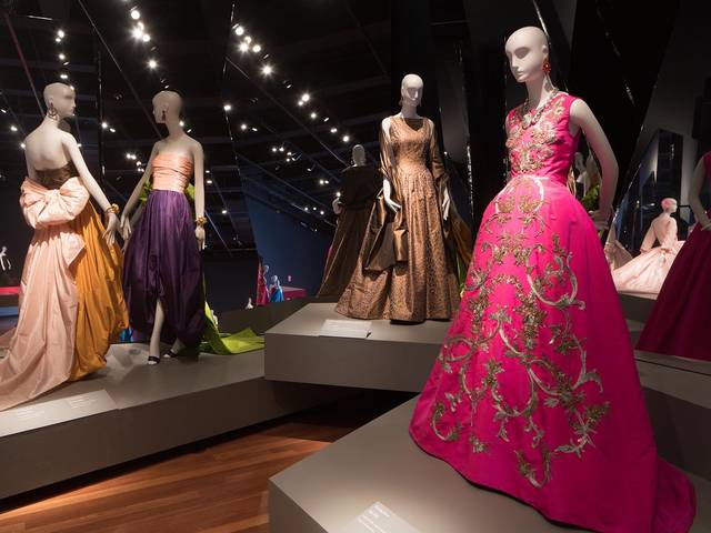 With more than 130 ensembles, this world-premiere retrospective pays tribute to one of the most beloved and influential fashion icons of our time