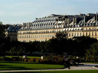 Ideally located opposite the Tuileries Garden, between Place de la Concorde and the Musée du Louvre