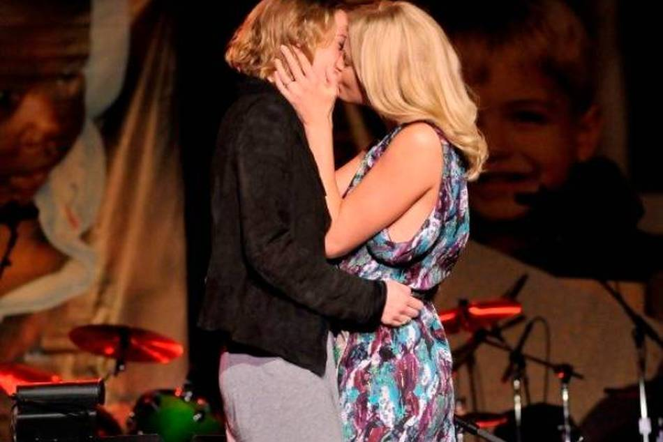 Charlize Theron kissed the winner after she won the live auction with a USD$140,000 bid
